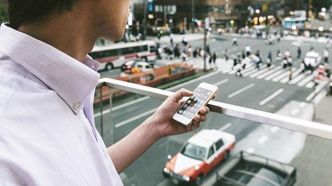 スマートフォンを操作している人の写真